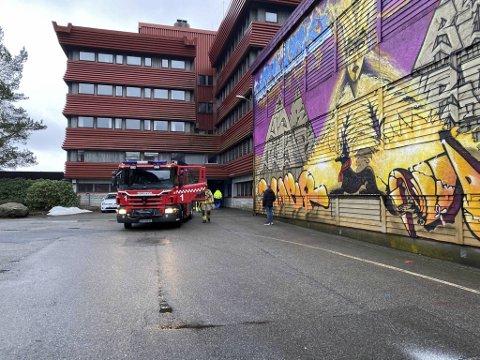 Brannvesenet har rykket ut til Spelhaugen hvor det er røykutvikling i en trafokiosk.