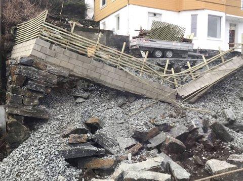 Muren ga etter og raste ut i Nordstrandsvegen fredag ettermiddag.