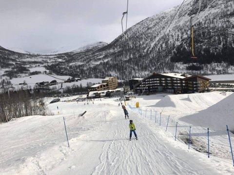 I Myrkdalen Fjellandsby er en skiheis stengt. De håper at temperaturen synker slik at de kan åpne den igjen.