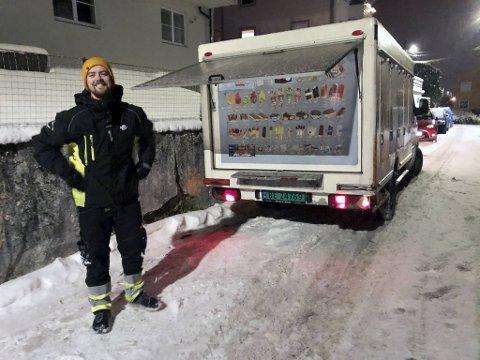 Da musikalartisten Magnus Oen Torsvik ble permittert fra underholdningsbyrået, tok han opp igjen jobben som is-selger for Den Norske Isbilen.