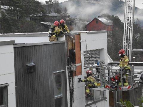 Brannvesenet måtte rive kledning for å sørge for at ikke varmen spredte seg ytterligere.