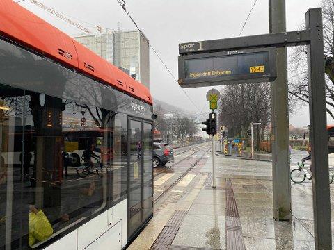 I nærmere tre timer sto Bybanen stille rundt omkring i Bergen mandag, på grunn av driftsproblemer.