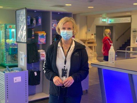 Daglig leder i Vannkanten badeland, Mette Thormodsen, måtte hive seg rundt da hun skjønte at også hennes ansatte og kunder blir rammet av nedstengningen.