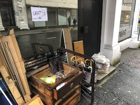 Diverse møbler og gjenstander sto på fortauet mandag morgen.