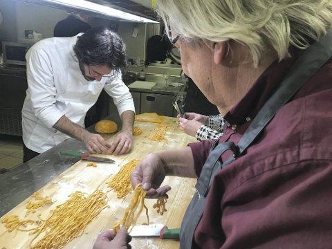 Michelin-kokk Paolo Decio i Piemonte kan selvsagt kunsten å lage perfekt pasta. Her er det vinskribent Ulf Dalheim som lærer å bli en god pasta-kokk.