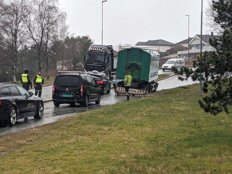 Den havarerte tilhengeren sperret for trafikken. Midtrabatten gjorde det vanskelig å kjøre forbi.