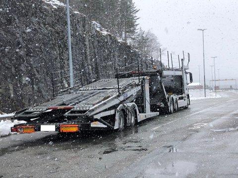 Vogntoget, som var på vei over Hardangervidden, ble stoppet med dårlige dekk og for få kjettinger.