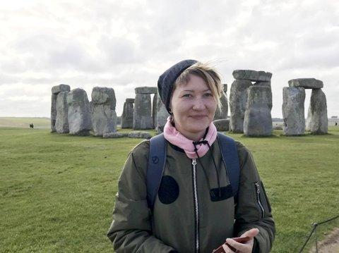 Ine Totland bor i Devon i sørvest-England hvor hun jobber som selger. Nå sliter hun med å få fornyet passet sitt slik at hun kan besøke familien i Bergen. Her foran berømte Stonehenge.
