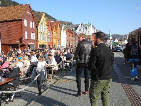 Skjenkekontoret var ute lørdag ettermiddag for å kontrollere uteserveringene. De fant et par avvik blant serveringsstedene på Bryggen.