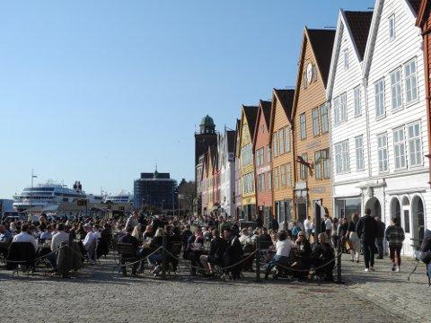 Skikkelig 17. mai-stemning på Bryggens uteservering lørdag.
