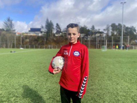 – Det er dumt at vi ikke får gå på inneaktiviteter. Jeg savner håndball, men vi må ha det sånn for å få vekk korona, sier Marius Lillevik Christensen (12) som spiller fotball og håndball.