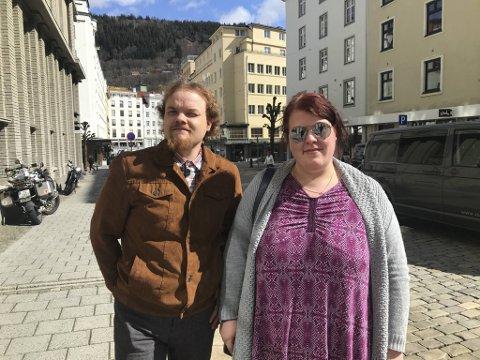 Engasjerte Daniel Åsland Karlsen og Solveig Angelica Langhelle velger å kjøre bil, i stedet for å reise kollektivt.