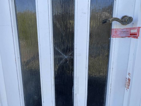 Glasset i inngangsdøren er knust. Boligen er nå sperret av.