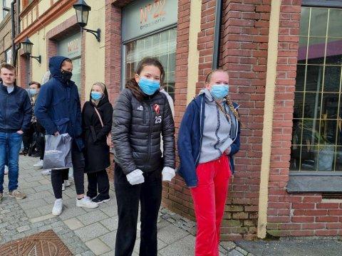 Jessica Uri og Malene Nøttveit-Haaland hadde ikke sett for seg at ventetiden skulle bli så lang da de stilte seg i kø.