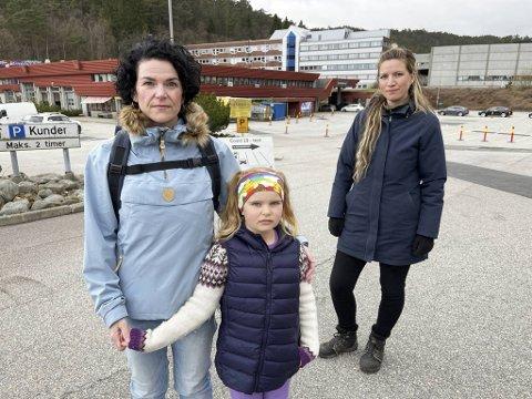 Camilla Strøm-Andersen og Sofie Tetler reagere sterkt på behandlingen de har fått på Spelhaugen. Her sammen med Camillas datter, Charlie (7).