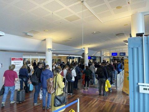 Her står passasjerene fra ett utenlandsfly som landet på Flesland i helgen. Køene blir lange når hver enkelt skal forklare reisen sin til politiet.