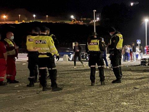 Politiet erkjenner at de kommer sent inn i bildet, og at det er en utfordring. Natt til fredag ankom de Hordnesskogen først klokken 0215. Da hadde vaktlederen for MC-ravnene forsøkt å tilkalle hjelp i to timer.