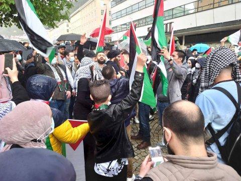 Demonstrantene ropte i samlet flokk slagord mot Israel.