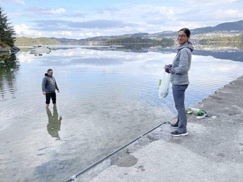 René Eriksen vasser etter pant mens konen Anne Lise Eriksen passer på.