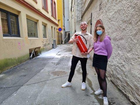 Daniel Marks og Josefine Herlofsen Larsen ved Happy Donuts ilte til da de fikk høre at det brant utenfor. (Bla i bildeserien for å se hvordan brannen ble slukket).
