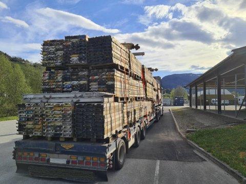 Bred last skal merkes korrekt og fraktes etter bestemte regler. Sjåføren av dette vogntoget måtte parkere på Voss.