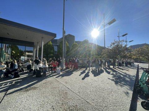 Køen snirklet seg langs utkanten av Festplassen torsdag morgen.