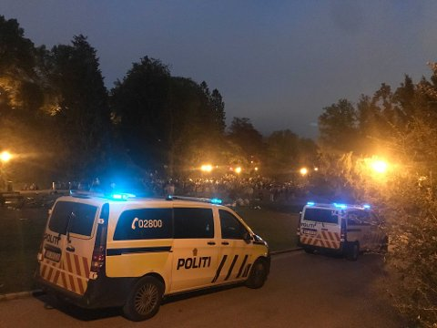 Det var godt med folk i Nygårdsparken natt til søndag. Politiet var jevnlig innom for å sjekke. Bildet er fra rundt klokken 01 natt til søndag.