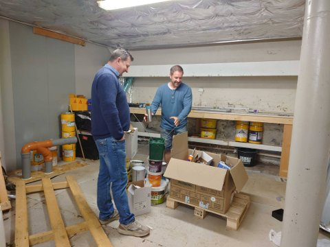 Johnny Smørås og Tor Inge Nilsen inspiserer innbruddstyvens verk, der malingsspann og diverse annet utstyr står stablet opp.