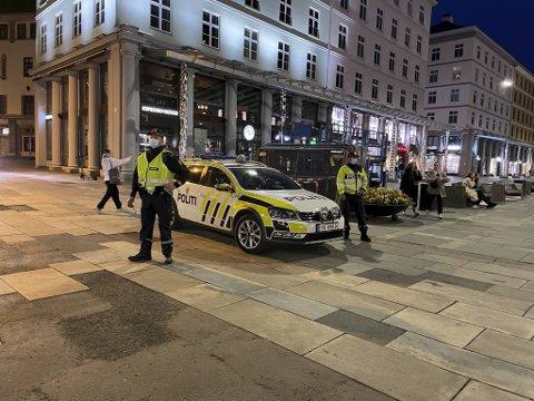 Dette bildet ble tatt på Torgallmenningen lørdag kveld ved 23-tiden den kvelden politiet stoppet en fest med 16 personer i en leilighet i sentrum.