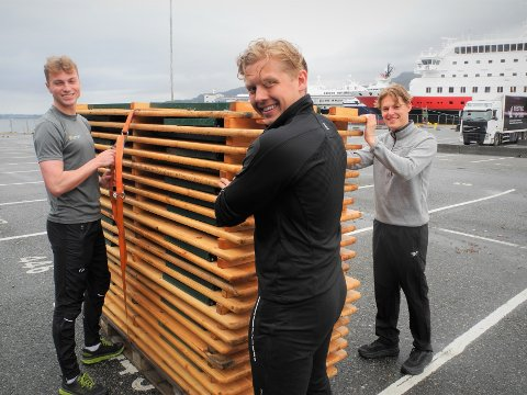 Marius Berntsen (21), Ludvig Sebastian Engelsen Lynum (23) og Martin Askjem (21) har en lang jobb foran seg, da benkene som skal ha plass til 600 personer skal rigges opp før fredag kveld.