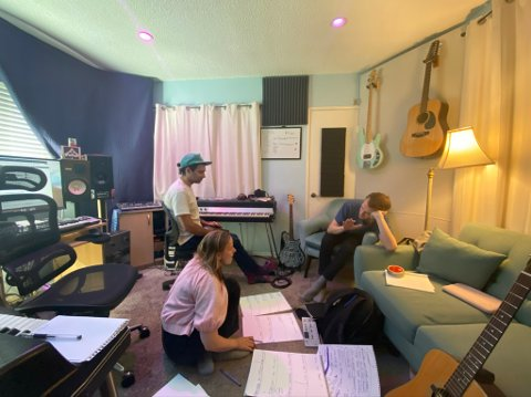 Her er Thea Wang sammen med produsenten Andrew Keller og Jørgen Kasbo i studio i Los Angeles.