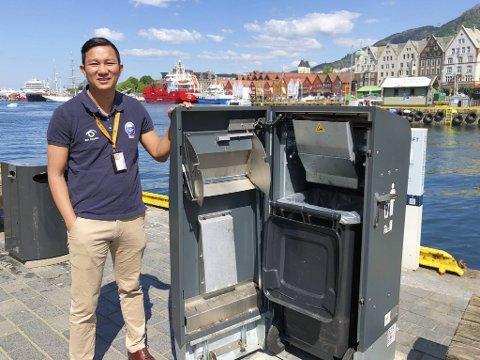 Mr. Fill drives av solcellepanelet på toppen: - Dette fungerer også godt i Bergen, da det kun trengs dagslys, sier salgsleder i BIR, Tor Mario Auran.