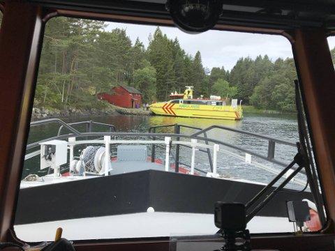 Redningsskøyten «Kristian Gerhard Jebsen» var første ressurs på stedet, og fikk snudd og lenset den kantrede båten. Ambulansebåten Rygervakt så til de to som havnet i vannet.