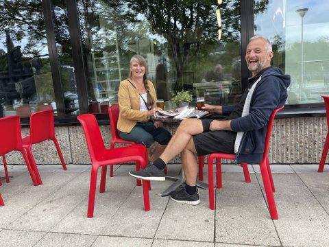 Anita Birkenes og Peter Hammer var de to første kundene til Kniksen sportsbar da de åpnet dørene i Dalen lørdag.