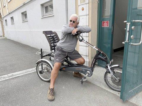 Forbanna og frustrert er følelsene til William Poole etter at noen stjal krykkene fra trehjulssykkelen hans natt til søndag.