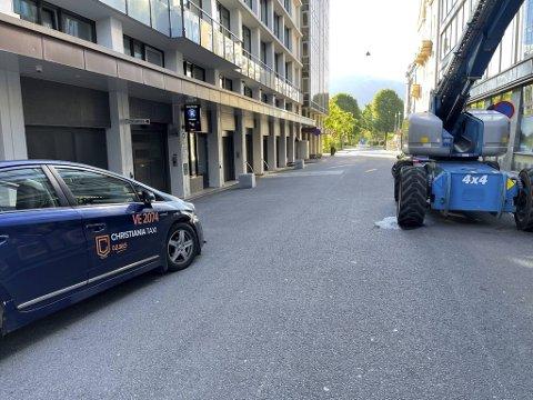 Drosjen krasjet i en lift etter at en innbruddstyv skal ha truet drosjesjåføren til å kjøre.