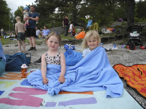 Julia (3) og Aurora (4) gledet seg til å bade