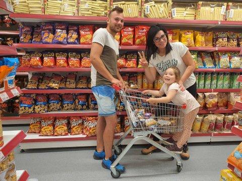 Polske Mateusz Borhardt, lille Michalina Rutkowska, og Magdalena Rutkowska er strålende fornøyde med å finne hyllemeter på hyllemeter med varer hjemmefra på det nyåpnede Eko Market i Damsgårdsveien.