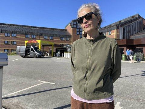 Vibeke Arvidsson er forbannet på at hun må bruke flere dager på karantenehotell i Bergen selv om hun er fullvaksinert i Danmark.