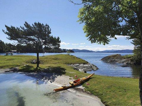 Ifølge Børge Brundtland finnes det mange gode padlemuligheter rundt Bergen. Her fra Kalneset i Bjørnafjorden