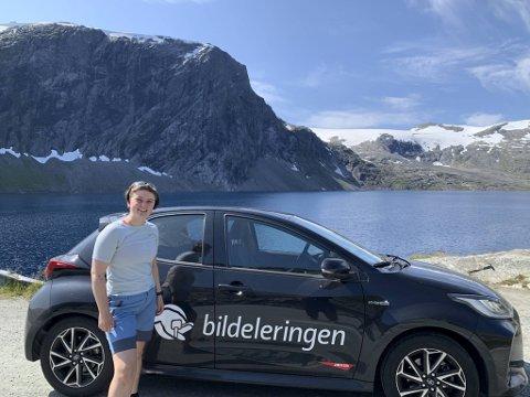 – Som 22-åring står ikke bil øverst på innkjøpslisten. Da er det deilig å være medlem i et bilsamvirke, sier Anniken Strønen Riise. Her er hun på Strynefjellet.