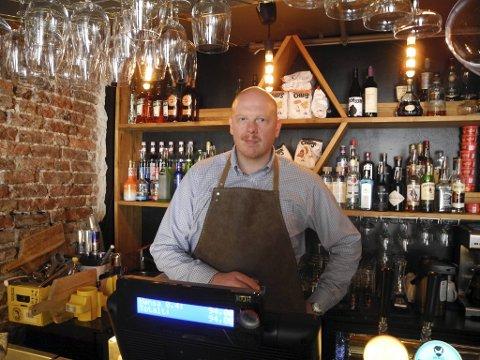 Remy Sundsbakk forteller til BA at problemene med kassesystemene har medført mye hodebry for baren som han driver