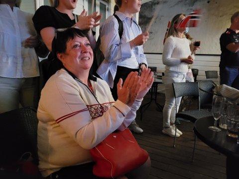 Kristian Blummenfelts mor, Kate Blummenfelt, var på en bar i sentrum og feiret gullet med de andre foreldrene til triatletene fra Bergen og Askøy.