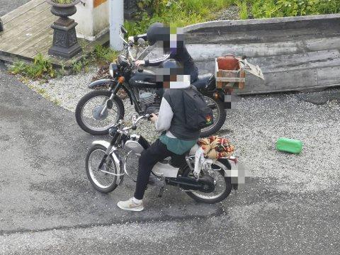 Her prøver de forgjeves å få start på motorsykkelen, etter å ha fylt drivstoff på den.