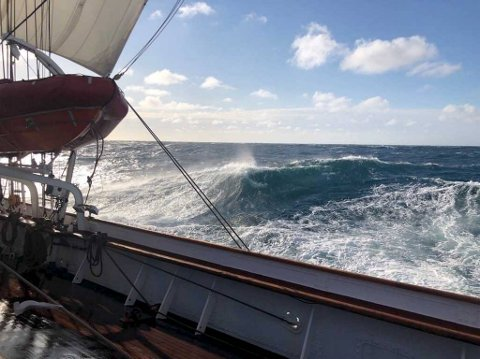 Det var fremdeles friskt i Nordsjøen da Statsraad Lehmkuhl stevnet mot Marstein fyr søndag ettermiddag.
