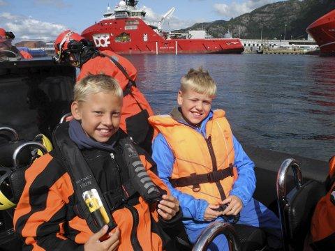 Kristian Væhle Våga (11) og Julian Jørgensen Amundsen (10) er tydelige på hva som er gøyest med sommerskolen. – Å kjøre RIB!
