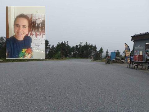 Konserten blir arrangert på parkeringsplassen foran nærbutikken som Kariann Ekren driver.
