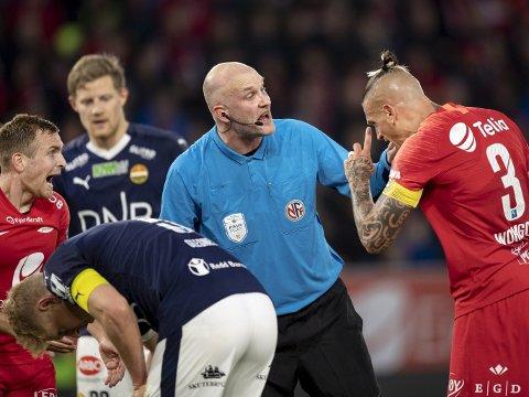 Eliteseriedommerne kan få mer hjelp i fremtiden, hvis VAR blir innført i Norge. Her ser vi dommer Trond Ivar Døvle på Stadion i 2019.