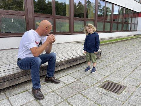Seks år gamle Storm Berentzen (6) har gledet seg til skolestart lenge. Rektor Nils Einar Johansen har gledet seg til skolestart på grønt nivå.