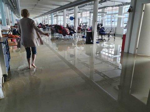Slik så det ut på gulvet da Lisbeth Sveri kom på jobb like før klokken 0600 mandag morgen.